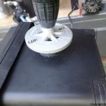 Borrer opp med 60 mm hullsag