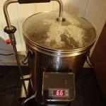 På denne bryggeren er det innebygget pumpe som sirkulerer værteren gjennom malten